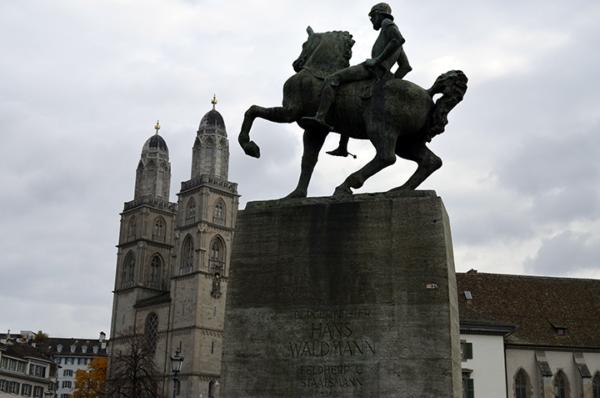 Estatua de Hans Waldmann con la iglesia Grossmünster
