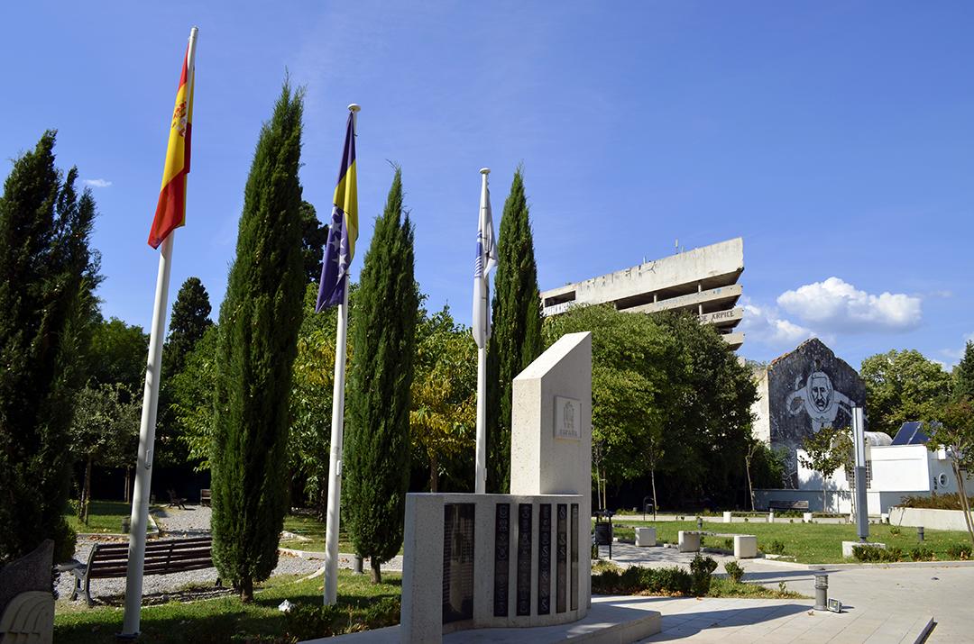 Monumento en la Plaza de España con la Torre de los Francotiradores al fondo